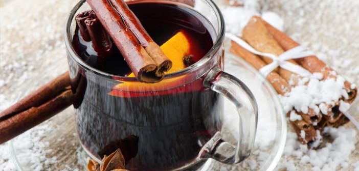 """Медиками развеяны мифы о безопасных дозах известного алкогольного напитка Речь идёт о пользующемся популярностью в холодное время года - глинтвейне. По словам торгующих глинтвейном, данный напиток содержит большое количество витаминов, а так же способствует расслаблению и согреванию организма. В Минздраве рассказали: """"Несмотря на то, что в классическом рецепте по приготовлению глинтвейна должно содержаться не более 7% красного вина, этого может быть вполне достаточно, чтобы нанести вред организму"""". Так же специалисты утверждают, что говорить о витаминном составе глинтвейна не приходится, так как данный напиток предполагает нагревание, ак как известно, практически все полезные вещества при нагревании распадаются. Не стоит возлагать большие надежды на глинтвейн как на согревающий напиток. Эффект повышения температуры и ощущения тепла наступает в результате расширения сосудов на поверхности тела, что так же приводит к снижению давления и расслаблению. Стоит помнить, что этот эффект крайне непродолжителен и, скорее всего потребует новой дозы """"для согревания"""", что может закончиться сильным алкогольным опьянением и обморожением."""