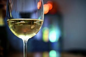 Белое вино для приготовления омолаживающей сыворотки