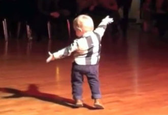 Заводной танец-импровизация от 2х летнего малыша. Это нечто!