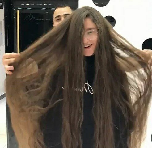 Девушка променяла длинные волосы на короткую стрижку, стала похожа на мальчишку, но осталась довольна