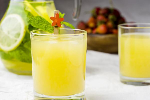 «Непоправимый удар организму»: диетолог Соломатина назвала напитки, которые нельзя пить вжару