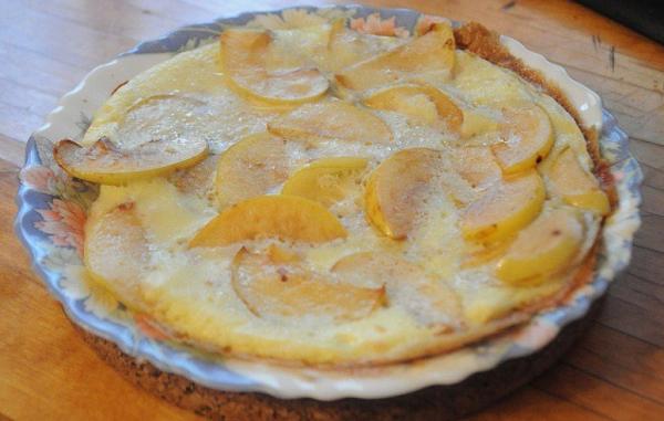 Омлет с яблоками.