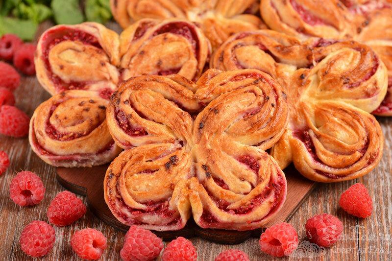 Пеку необычные и быстрые плюшки с ягодами. На подготовку уходит не больше 10 минут (пример с малиной)