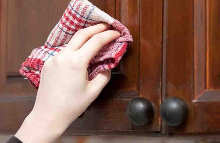 Как легко очистить кухонную мебель от жирного налета.