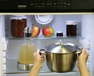 Мама мне говорила, что нельзя ставить горячее в холодильник. И была… неправа!