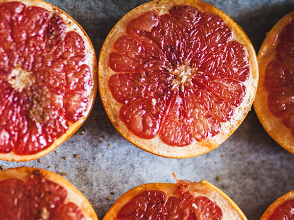 Запечённый грейпфрут с корицей и коричневым сахаром
