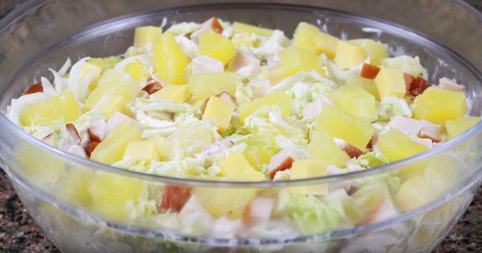 Салат Виктория с курицей и ананасами