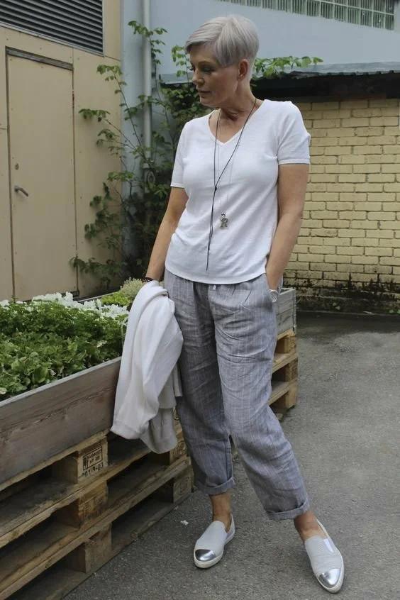 Белая футболка для женщин 50+. Как носить и выглядеть при этом современно