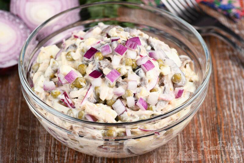 Куриный салат с грибами и невероятно вкусной заправкой. Без майонеза, сметаны и сыра (рецепт с фото)