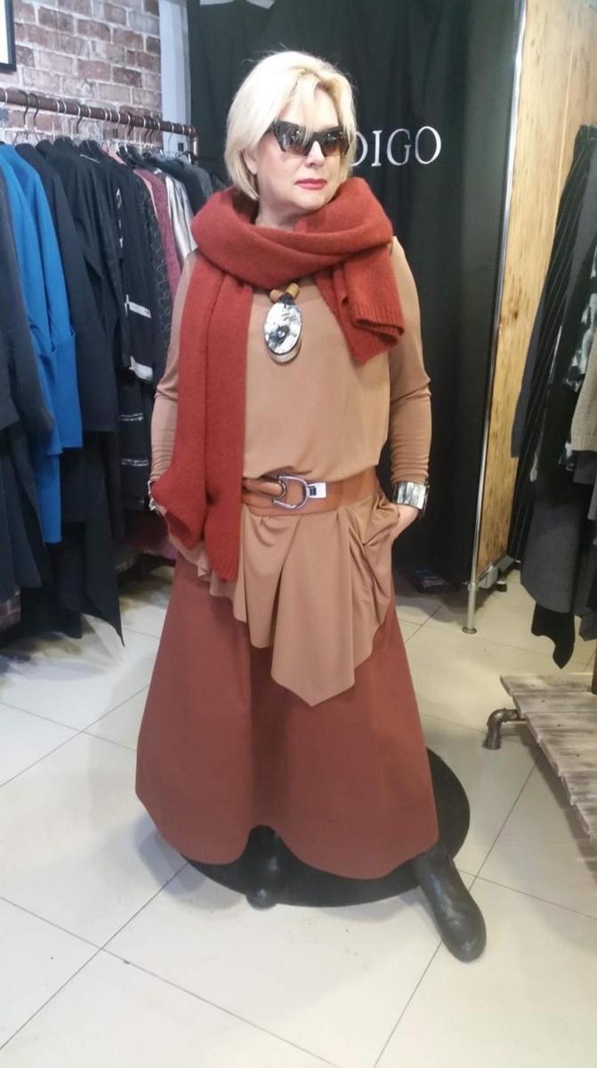 Длинные юбки в стиле бохо в осенних образах женщин 50+