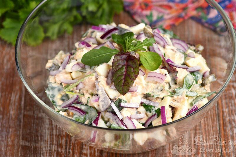 Салат из рыбных консервов за 10 минут. Вкус бесподобный! Все дело в заправке (рецепт с фото)