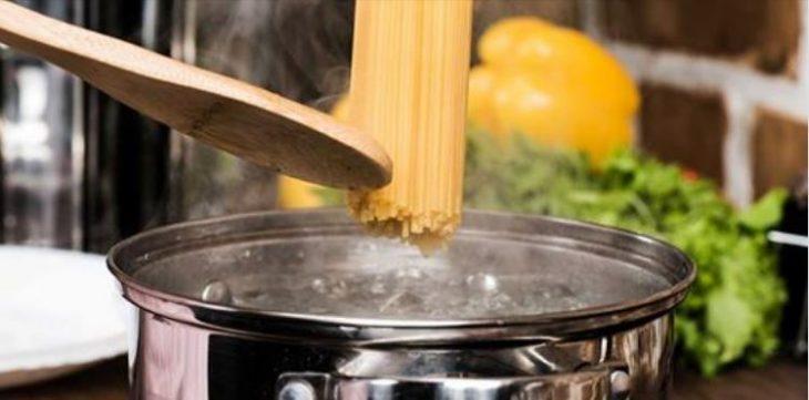 Почему не нужно выливать воду из-под макарон: маленький секрет шеф-поваров