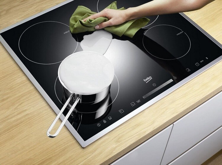 Узнав, зачем хозяйка накрыла плиту влажными полотенцами, ты побежишь на кухню, чтобы сделать
