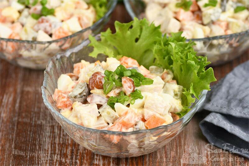 Куриный салат с обжаренными овощами и маринованными грибами (рецепт с фото)