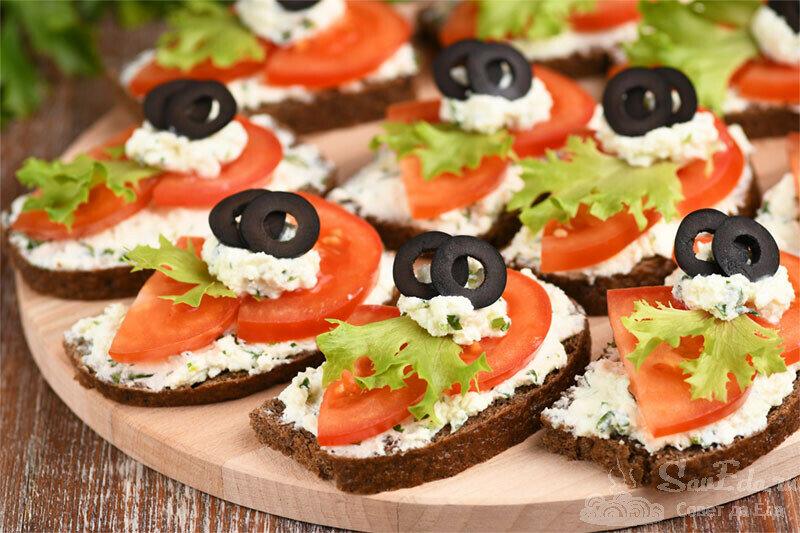 Из помидоров и брынзы готовлю ароматные закусочные бутерброды (рецепт с фото)