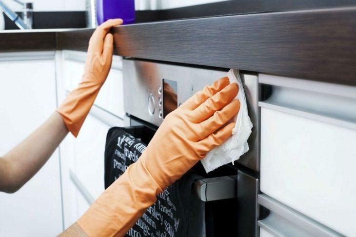 Пять быстрых способов очистить кухонные шкафчики от жирного налета