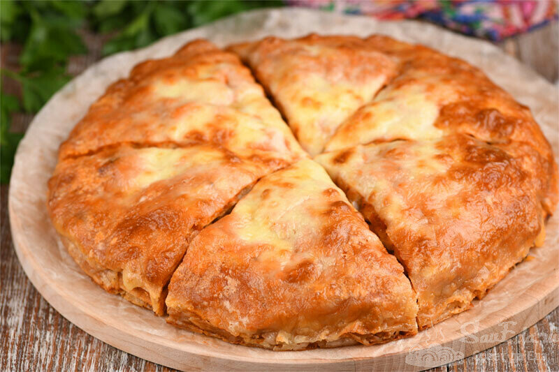 Хоть на закуску, хоть на завтрак! Закусочный пирог из лаваша с мясом (рецепт с фото)