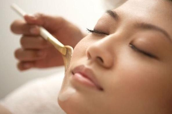 Китайская маска красоты из крахмала, меда и соли, которая питает, выравнивает тон кожи, заметно уменьшает проявления пигментных пятен