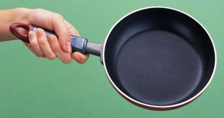 Для чего на самом деле нужно отверстие в ручке сковороды: ни для того, чтобы ее вешать