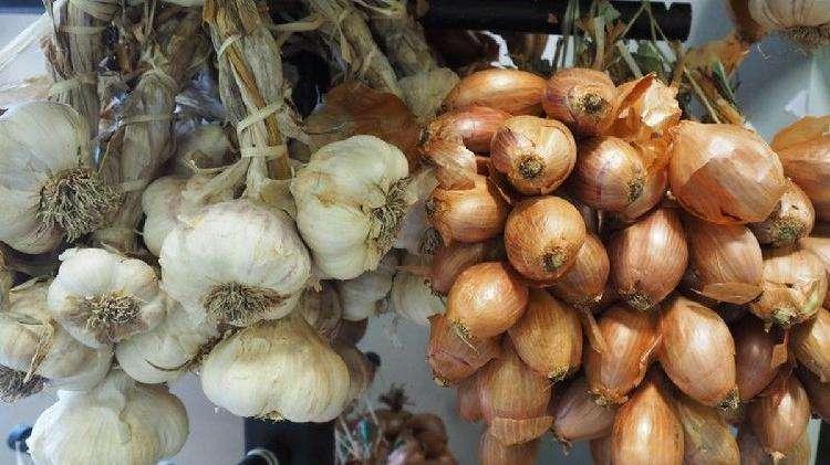 Овощи, мясо и крупы: как сохранить продукты свежими зимой на балконе