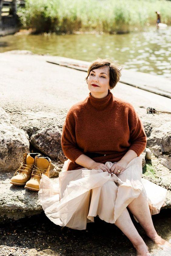 19 образов в разных стилях со свитером для женщин 50+